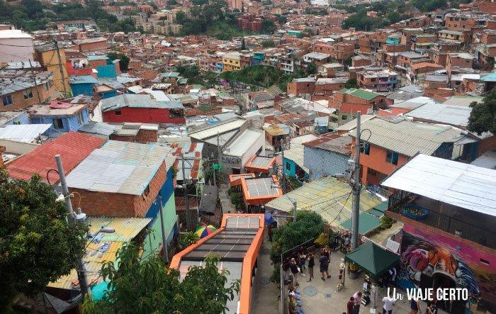 Escaleras eléctricas de la comuna trece en Medellín