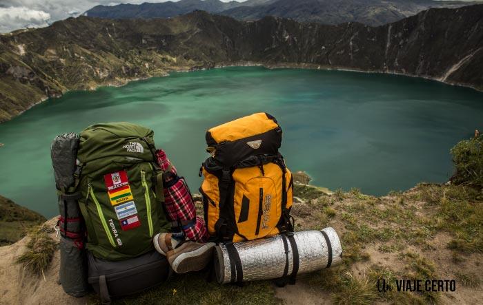 vista de la laguna de Quilotoa y nuestras mochilas