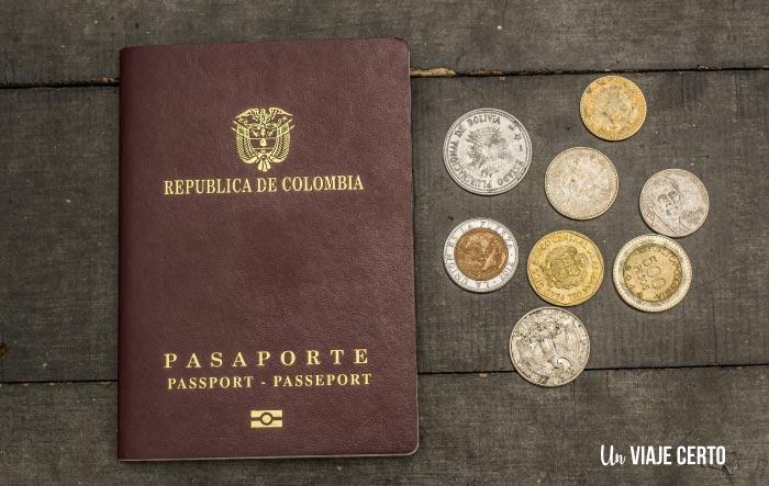 Pasaporte colombiano con monedas de sudamérica