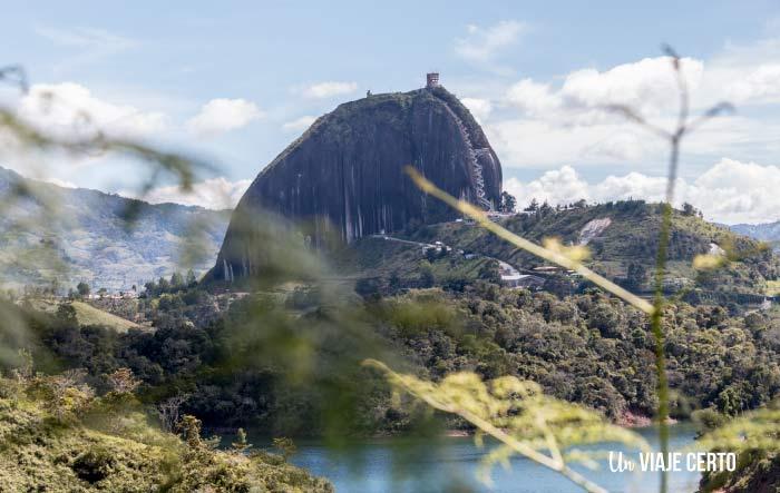 vista de la piedra del Peñol desde Guatapé