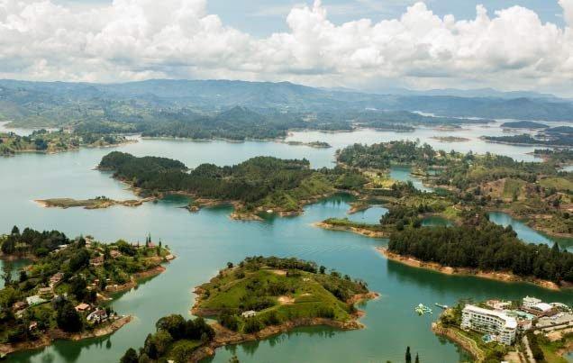 Panorámica de la represa de Guatapé desde la piedra El Peñol